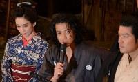 左から、水川あさみさん、小栗旬さん、鈴木亮平さん=東京都渋谷区で2018年6月13日午後0時12分、井上知大撮影