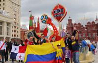 サッカーW杯ロシア大会の開幕まであと1日。モスクワのクレムリン近くの広場にあるカウントダウンボードの前では各国のサポーターが訪れ記念撮影をしていた=ロシア・モスクワで2018年6月13日、長谷川直亮撮影