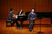 「沖縄のこころ」を歌う砂川涼子さん(右)とピアノの沼尻竜典さん=びわ湖ホール提供