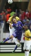 サッカーW杯ドイツ大会ブラジル戦の前半、ヘディングで競り合う巻=2006年6月、竹内幹撮影
