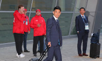 Shinji Kagawa, center, of Japan's national soccer team arrives in Kazan, Russia, on June 13, 2018. (Mainichi)