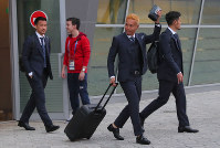 Yuto Nagatomo, second from right, and Shinji Okazaki, left, of Japan's national soccer team arrive in Kazan, Russia, on June 13, 2018. (Mainichi)