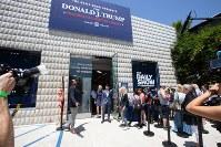 テレビ番組の企画展「トランプ大統領ツイッター図書館」の入場を待つ人々=米カリフォルニア州ウエストハリウッドで2018年6月8日、ルーベン・モナストラ撮影