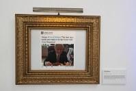 「トランプ大統領ツイッター図書館」で絵画風に額縁に入れられたトランプ氏のツイート。タコスを食べる写真と共に投稿された=米カリフォルニア州ウエストハリウッドで2018年6月8日、ルーベン・モナストラ撮影
