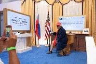 「トランプ大統領ツイッター図書館」でトランプ氏に変装して記念撮影する来館者=米カリフォルニア州ウエストハリウッドで2018年6月8日、ルーベン・モナストラ撮影