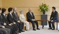 安倍晋三首相(右端)と面会する、拉致被害者家族会の飯塚繁雄代表(右から2人目)、横田早紀江さん(同3人目)ら=首相官邸で2018年6月14日午後、藤井達也撮影