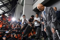 全日本選抜選手権開幕を前に、自身のパワハラ問題について謝罪する日本レスリング協会の栄和人前強化本部長(右)=東京都世田谷区の駒沢体育館で2018年6月14日午前9時22分、宮間俊樹撮影
