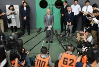明治杯全日本選抜レスリング選手権大会開幕を前に、自身のパワハラ問題について記者の質問に答える至学館大学の栄和人監督(中央)=東京都世田谷区の駒沢体育館で2018年6月14日午前9時26分、宮間俊樹撮影