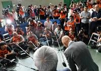 明治杯全日本選抜レスリング選手権大会開幕を前に、自身のパワハラ問題についての謝罪会見を終えて深々と頭を下げる至学館大学の栄和人監督(中央右)=東京都世田谷区の駒沢体育館で2018年6月14日午前9時35分、宮間俊樹撮影