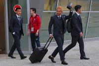 合宿地のカザンに到着したサッカー日本代表の長友(右から2人目)、岡崎(左端)ら=ロシア・カザンで2018年6月13日、長谷川直亮撮影