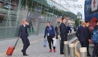 合宿地のカザンに到着したサッカー日本代表の本田(左端)ら日本代表の選手たち=ロシア・カザンで2018年6月13日、長谷川直亮撮影