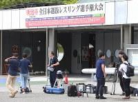 駒沢オリンピック公園体育館前で栄和人氏を待ち受ける報道陣=東京都世田谷区で2018年6月14日午前9時37分、玉城達郎撮影