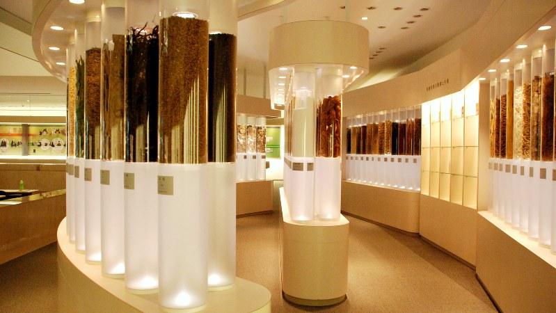 ツムラ茨城工場の敷地内にある漢方記念館。漢方の歴史や漢方製剤の製造工程などを学ぶことができる。2008年度にグッドデザイン賞を受賞。通常は医療関係者にしか公開されていない=2018年6月6日、鈴木敬子撮影