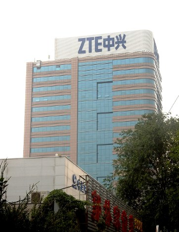 ZTEの看板が掲げられた北京市内のビル=2018年6月11日、赤間清広撮影