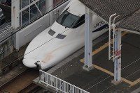The Sanyo Shinkansen Line Nozomi No. 176 bullet train with its damaged hood is seen making a temporary stop at JR Shin-Shimonoseki Station in this photo taken from a Mainichi Shimbun helicopter, in Shimonoseki, Yamaguchi Prefecture, on June 14, 2018. (Mainichi)