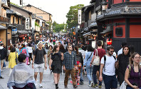 Hanamikoji street in the Gion district is crowded with foreign tourists in Kyoto's Higashiyama Ward on May 11, 2018. (Mainichi)
