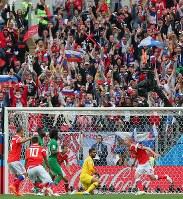 【ロシア―サウジアラビア】前半、ロシアのガジンスキー(手前右)が先制ゴールを決める。奥は歓声をあげるサポーター=ロシア・モスクワのルジニキ競技場で2018年6月14日、長谷川直亮撮影