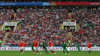 【ロシア―サウジアラビア】サッカー・ロシアW杯が開幕し、満員の観客が見つめる中、ヘディングで競り合う選手たち=ロシア・モスクワのルジニキ競技場で2018年6月15日、長谷川直亮撮影