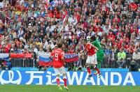 【ロシア―サウジアラビア】サッカー・ワールドカップロシア大会が開幕し、満員の観客が見つめる中、ヘディングで競り合う選手たち=ロシア・モスクワのルジニキ競技場で2018年6月14日、長谷川直亮撮影