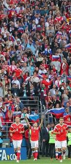 【ロシア―サウジアラビア】前半、ゴールを決めて喜ぶロシアのチェリシェフ(中央)=ロシア・モスクワのルジニキ競技場で2018年6月14日、長谷川直亮撮影