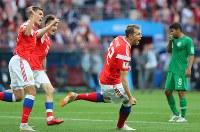 【ロシア―サウジアラビア】後半、ゴールを決めて喜ぶロシアのジュバ(中央)=ロシア・モスクワのルジニキ競技場で2018年6月14日、長谷川直亮撮影