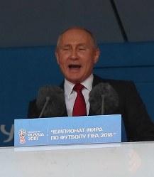 サッカーのワールドカップロシア大会の開会式でスピーチするロシアのプーチン大統領=ロシア・モスクワのルジニキ競技場で2018年6月14日、長谷川直亮撮影