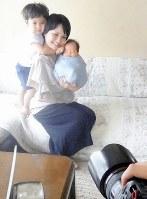 自宅で生後間もない赤ちゃんを撮影してもらえる「ニューボーンフォト」=東京都練馬区で、2018年6月5日、林奈緒美撮影