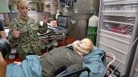 医師、看護師ら医療スタッフ向けの訓練用マネキン。訓練のシナリオに合わせ、コンピューター制御でうめいたり、汗をかいたりさせることができる=神奈川県横須賀市の米海軍横須賀基地で、田中義宏撮影