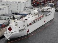 東京港に寄港した米海軍の病院船「マーシー」=東京都大田区で2018年6月16日午前9時18分、本社ヘリから