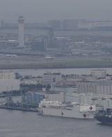 東京港に寄港した米海軍の病院船「マーシー」。奥は羽田空港=東京都大田区で2018年6月16日午前9時13分、本社ヘリから