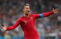 【ポルトガル―スペイン】後半、FKから同点ゴールを決め歓喜するポルトガルのロナルド=ロシア・ソチで2018年6月15日、長谷川直亮撮影