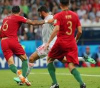 【ポルトガル―スペイン】前半、スペインのディエゴコスタ(中央)がゴールを決める=ロシア・ソチで2018年6月15日、長谷川直亮撮影