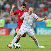 【ポルトガル―スペイン】前半、ボールを奪い合うスペインのイニエスタ(右)とポルトガルのゲデス=ロシア・ソチで2018年6月15日、長谷川直亮撮影