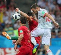 【ポルトガル―スペイン】前半、ゴール前のこぼれ球をシュートするスペインのアルバ(右)=ロシア・ソチで2018年6月15日、長谷川直亮撮影