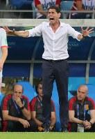 【ポルトガル―スペイン】後半、選手たちに指示を出すスペインのイエロ監督=ロシア・ソチで2018年6月15日、長谷川直亮撮影