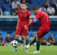 【ポルトガル―スペイン】後半、ポルトガルのロナルド(右)がFKから同点ゴールを決め、ハットトリック=ロシア・ソチで2018年6月15日、長谷川直亮撮影