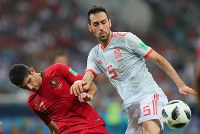 【ポルトガル―スペイン】後半、ボールを奪い合うスペインのブスケツ(右)とポルトガルのゲデス=ロシア・ソチで2018年6月15日、長谷川直亮撮影