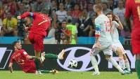 【ポルトガル―スペイン】前半44分、ポルトガルのロナルド(左から2人目)が2点目のゴールを決める=ロシア・ソチで2018年6月15日、長谷川直亮撮影