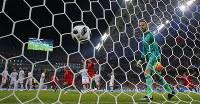 【ポルトガル―スペイン】後半43分、ポルトガルのロナルドにFKを決められ、ボールを見つめるスペインのGKデヘア(右)=ロシア・ソチで2018年6月16日、長谷川直亮撮影