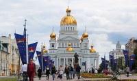 ドーム型の屋根が金色に輝く聖ウシャコフ大聖堂。市内中心部にあり、シンボル的存在だ=ロシア・サランスクで2018年6月11日、長谷川直亮撮影