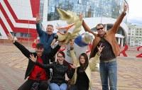 W杯公式マスコットの「ザビワカ」と一緒に写真に納まる人たち=ロシア・サランスクで2018年6月11日、長谷川直亮撮影