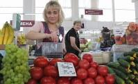 中央市場の青果店で働くナタリヤ・アルザマスキナさん(36)=左=「サッカーは大好きよ。日本代表も勝てるといいわね」=ロシア・サランスクで2018年6月10日、長谷川直亮撮影