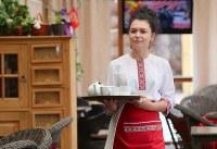 モルドビア共和国の伝統料理レストランでアルバイトをする学生のユーラ・ブニャコーバ(16)さん。「サッカーのことはあんまりよく知らないわ。でもW杯がこの街で開催されるなんて誇らしいわ」=ロシア・サランスクで2018年6月10日、長谷川直亮撮影