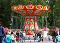 市内にある小さな遊園地は多くの家族連れで賑わっていた=ロシア・サランスクで2018年6月11日、長谷川直亮撮影