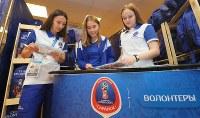 ボランティアセンターで活動する大学生のアンジェリーカさん(中央)ら=ロシア・サランスクで2018年6月10日、長谷川直亮撮影