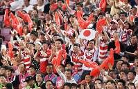 【日本-イタリア】後半25分、トライを決めたNO8アマナキ・レレイ・マフィに声援を送る観客たち=ノエビアスタジアム神戸で2018年6月16日、山崎一輝撮影
