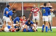 【日本-イタリア】イタリアに惜敗し、肩を落とす主将のリーチ・マイケル(右から3人目)たち=ノエビアスタジアム神戸で2018年6月16日、山崎一輝撮影