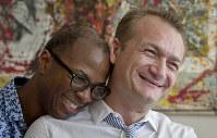 原告のコーマンさん(右)と配偶者としての権利が認められる見通しになった米国籍のハミルトンさん=2016年7月撮影、AP