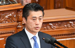 衆院本会議で質問する細野豪志氏=2017年4月、川田雅浩撮影