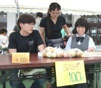 楽しそうに玉ねぎを販売する京谷さん(左)と近藤さん(右)=大阪府枚方市で